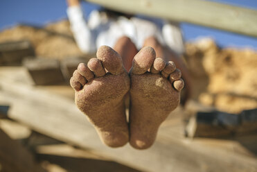 Sandy feet of woman on the beach - KIJF01463