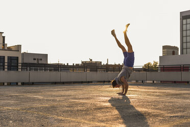 Young man exercisng handstand - UUF10627