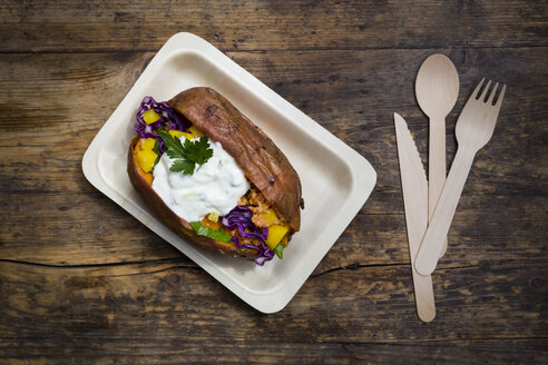 Sweet potato Kumpir withbell pepper, red cabbage, couscous, yoghurt sauce and parsley - LVF06078