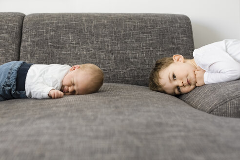Sleeping newborn baby boy and his brother on couch - OJF00193