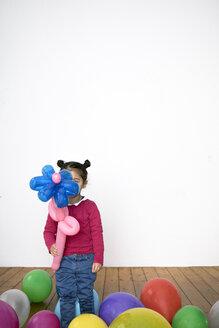 Girl holding flower balloon - PSTF00025