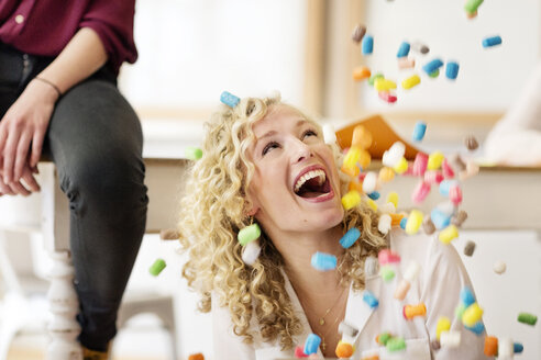 Blond businesswoman laughing about falling marshmellows - PESF00563