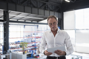 Man with tablet on factory shop floor - DIGF02477