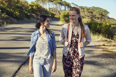 South Africa, Cape Town, Signal Hill, two smiling young women on a trip - SRYF00526