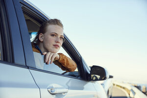 Young woman looking out of a car - SRYF00547