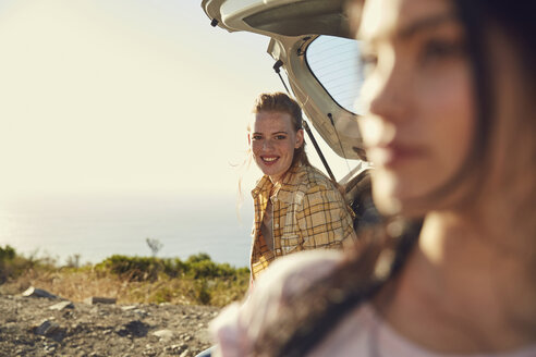 South Africa, Cape Town, Signal Hill, two young women at a car at the coast - SRYF00556
