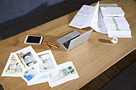 Desk with laptop, tablet, photographies and blueprint - FKF02240