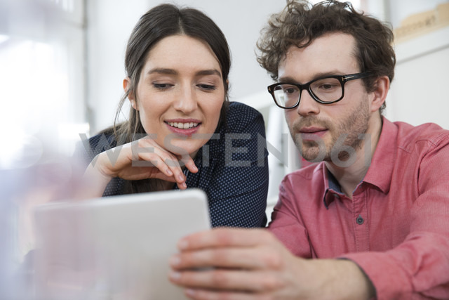 Man and woman looking at tablet in office - FKF02267 - Florian Küttler/Westend61