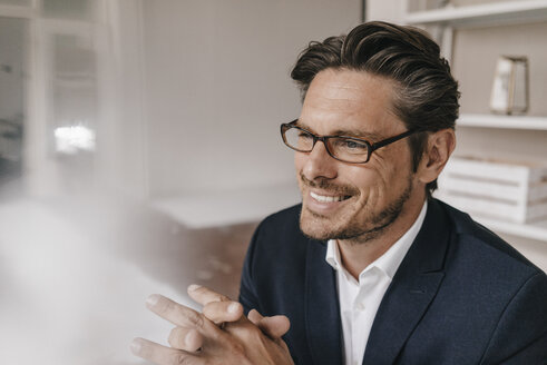Smiling businessman with glasses - KNSF01259