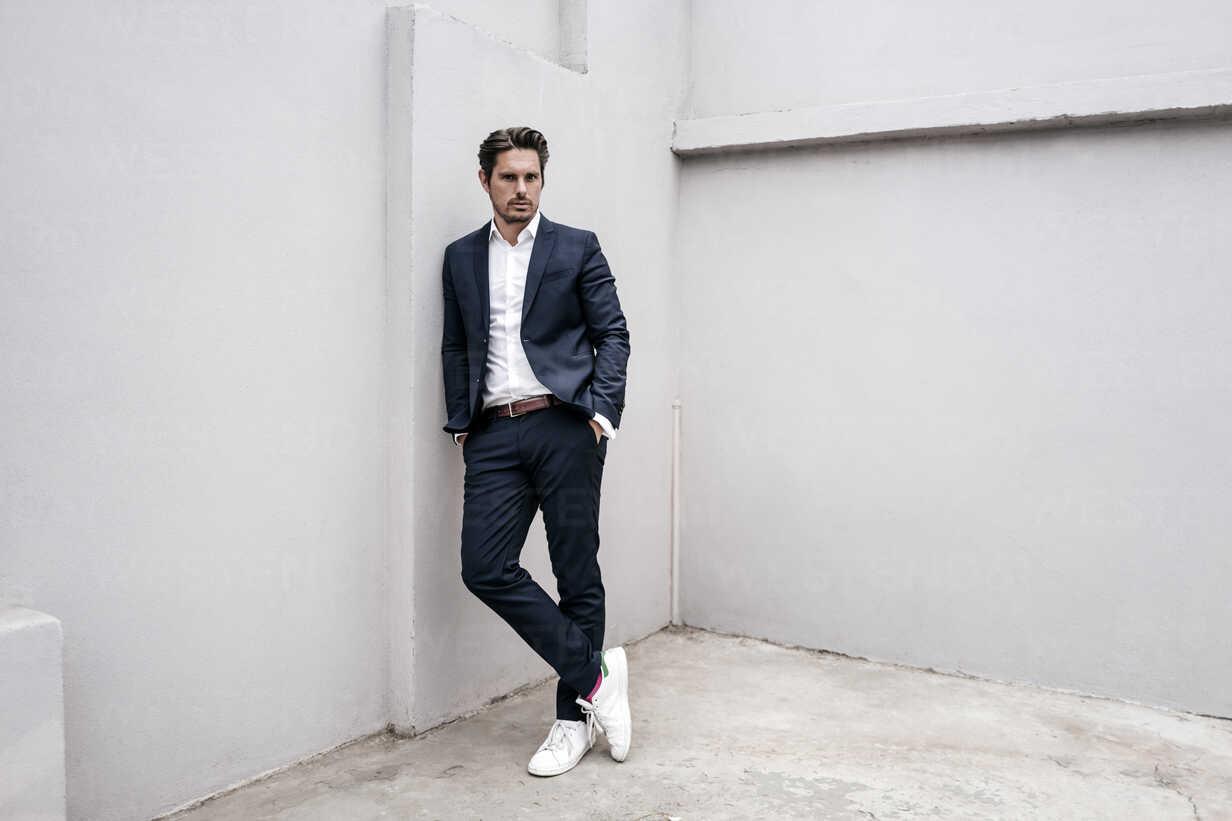 Portrait of confident businessman leaning against a wall - KNSF01301 - Kniel Synnatzschke/Westend61