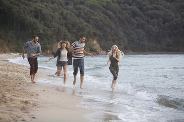 Four happy friends running at the beach - ZOCF00394