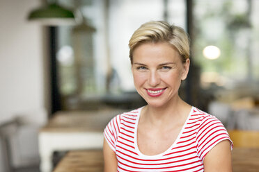 Portrait of smiling blond woman - PESF00582