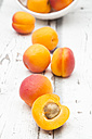 Sliced and whole apricots - LVF06133