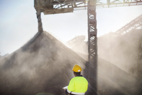 Worker wearing protective clothing standing at quarry - ZEF13738