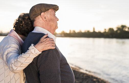 Happy senior couple on the beach at sunset - UUF10690