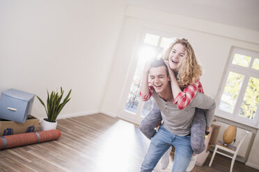 Playful young couple in new home - UUF10747