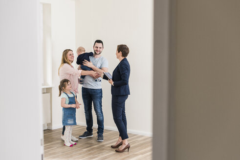 Real estate agent and family in new apartment - UUF10794