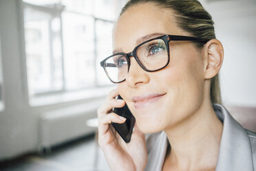 Portrait of smiling businesswoman on the phone - JOSF01073