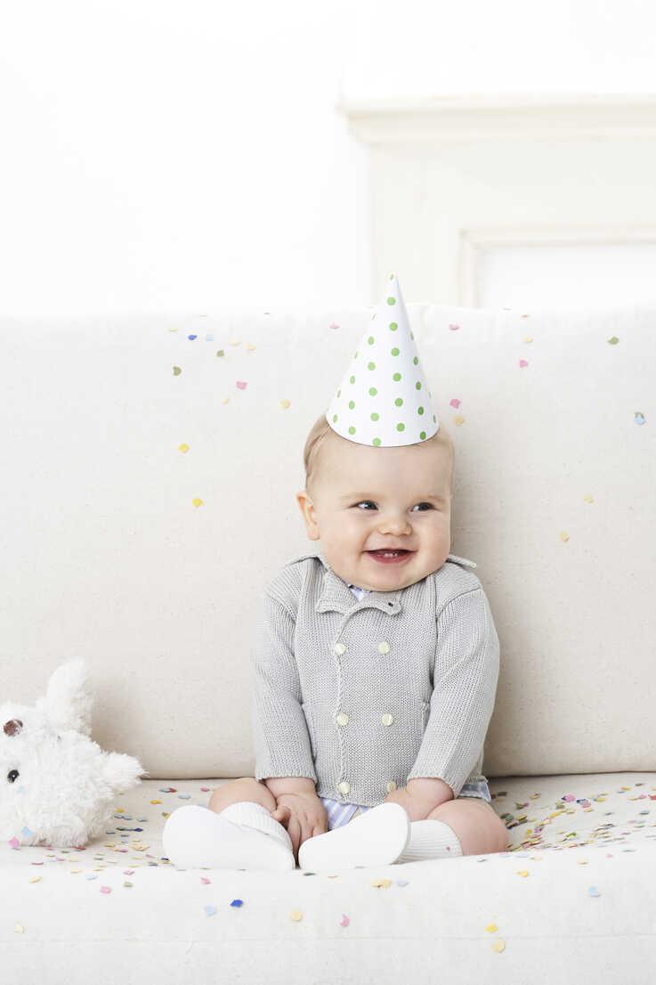 Portrait of baby boy wearing paper hat - FSF00927 - Sandra Seckinger/Westend61