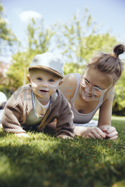 Portrait of baby boy with his mother on a meadow in the garden - MFF03641 - Mareen Fischinger/Westend61