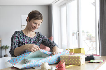 Woman wrapping gifts - RBF05741