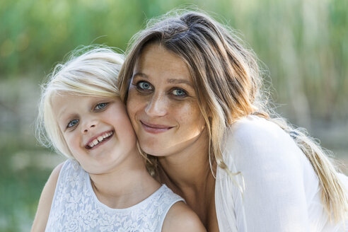 Portrait of smiling mother and daughter outdoors - TCF05429