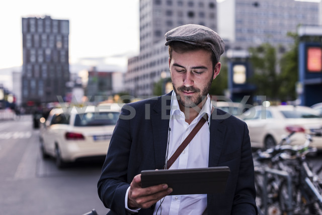 Young man in the city with tablet - UUF10856 - Uwe Umstätter/Westend61