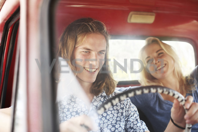 Happy young couple in an old pick up - ZEF13878 - zerocreatives/Westend61