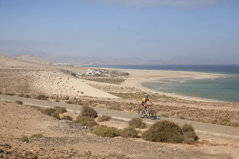 Spain, Canary Islands, Fuerteventura, senior man on mountainbike - MFRF00841