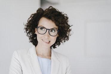 Businesswoman wearing glasses, looking doubtfully - KNSF01604