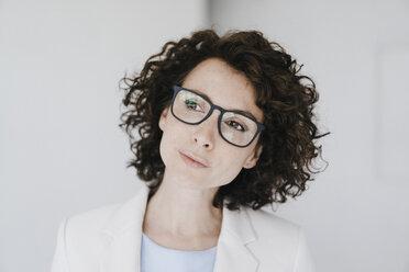 Businesswoman wearing glasses, looking doubtfully - KNSF01607