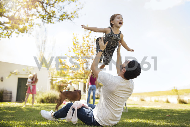 Father playing with daughter in garden - ZEF13940 - zerocreatives/Westend61