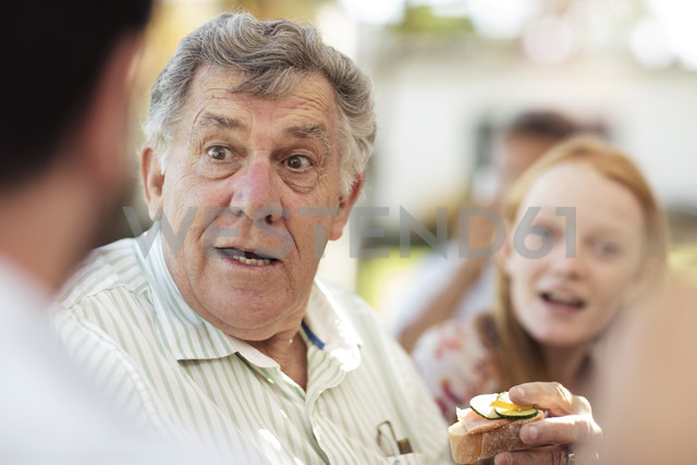 Senior man socializing on a garden party - ZEF13982 - zerocreatives/Westend61