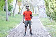 Portrait of man in sportswear listening  music with headphones - KIJF01564
