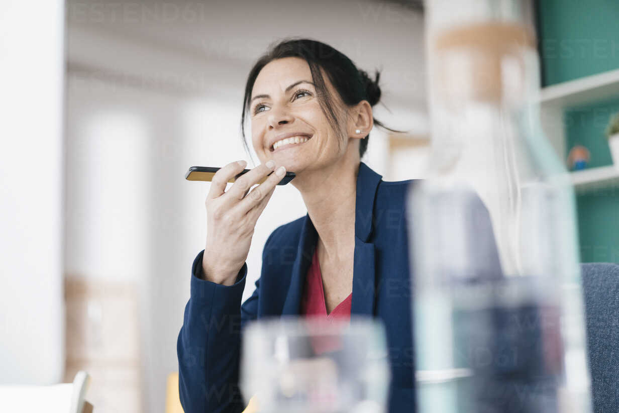 Portrait of smiling businesswoman on the phone - JOSF01205 - Joseffson/Westend61