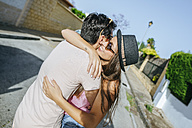 Couple embracing on the street - KIJF01598