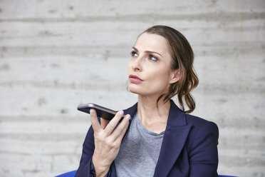 Businesswoman using cell phone - RHF01934