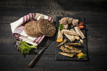 Cold fish platter with tuna, sprats and sardines - MAEF12236