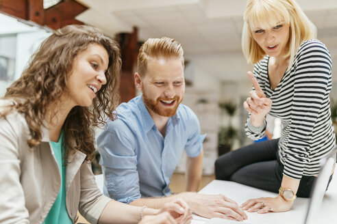 Business people working together in office - ZEDF00594