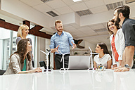 Business people having a project meeting in office - ZEDF00600