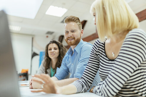 Business people working together in office - ZEDF00627