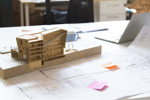 Desk with architectural model - FKF02369
