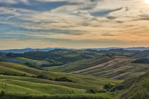 Italy, Tuscany, Val d'Orcia, rolling landscape - LOMF00588