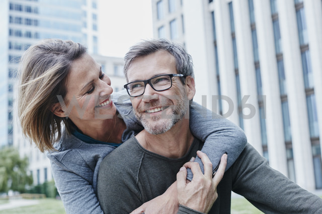 Happy mature couple hugging outdoors - RORF00928 - Roger Richter/Westend61