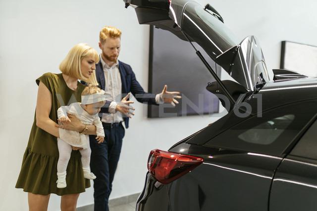 Family in car dealership choosing family vehicle - ZEDF00668 - Zeljko Dangubic/Westend61