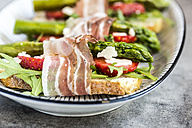 Baguette with strawberries, rocket, asparagus, pecorino flakes and bacon - SARF03339