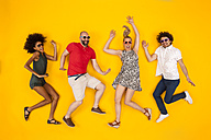 Group of people wearing sunglasses, dancing happily - BAEF01528