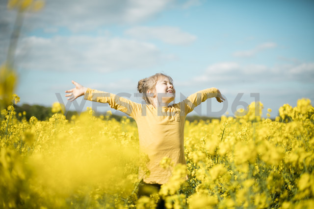 Carefree girl in rape field - MOEF00017 - Robijn Page/Westend61