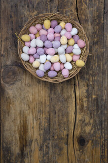 Easter nest of Chocolate Easter eggs on wood - LVF06194