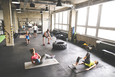 Group of young people exercising in gym - HAPF01820